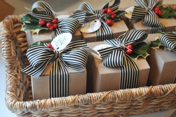 10-kartonines-dezutes-sausainiams-su-kaspinu